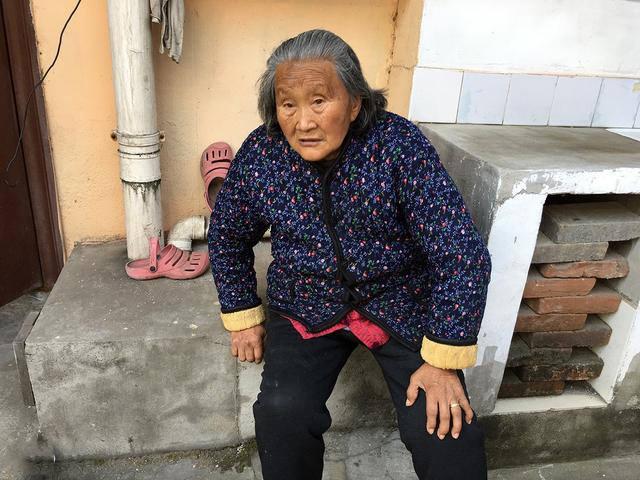 Wanita ini Coba Ambil Uang dari Tabungan Ibunya yang Sudah Meninggal, Ketika Sampai ATM, Ia Menangis