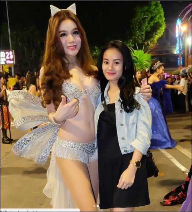 Artis Dinda Hauw Berpose dengan Lady Boy di Thailand, Ayo Coba Siapa Nih yang Lebih Cantik?