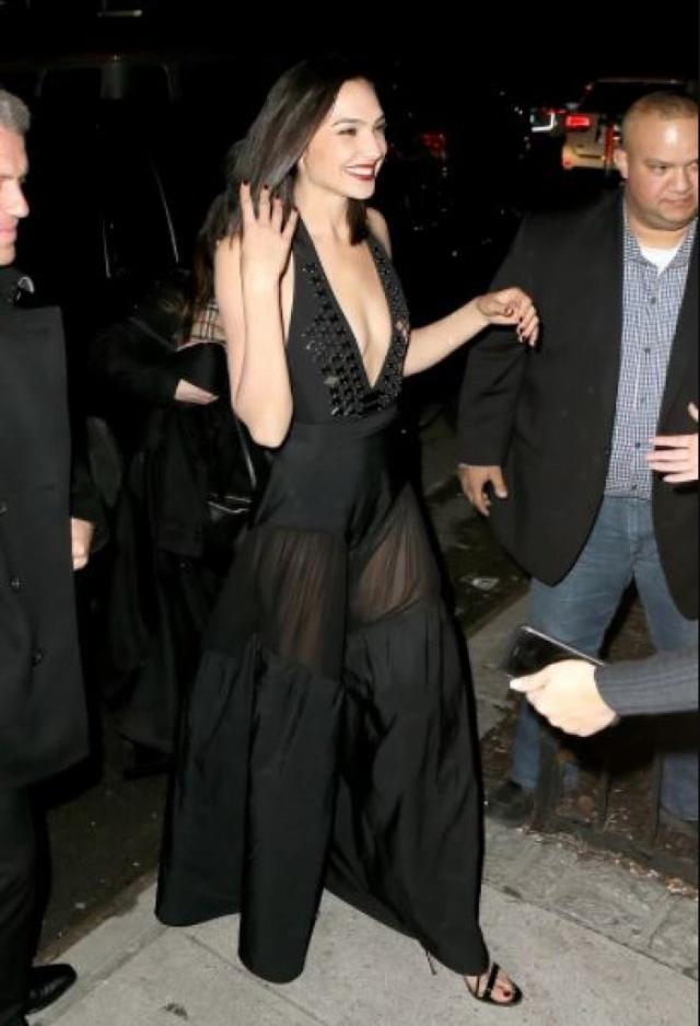 Lihat deh Penampilan Gal Gadot dengan Sheer Dress Warna Hitamnya, Seksi Kebangetan!