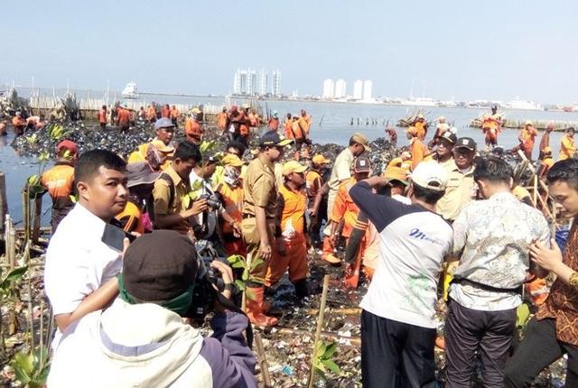 Keruk Sampah dengan Tangan Kosong, Anies Disoraki Petugas PPSU