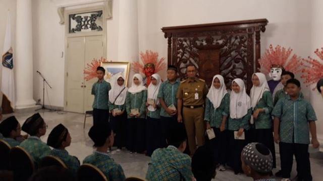 Guru Masih Ngontrak, Siswa Tanyakan DP Nol Rupiah kepada Anies
