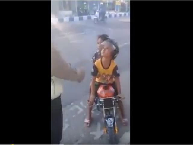 Kocak, Video Polisi Tilang Anak Kecil Bawa Motor Mini di Jalan Raya Viral di Medsos