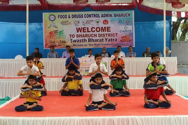 Here's a glimpse of school children dancing to the tune of control and synchronisation in Bharuch, Gujarat on Track 2 of SwasthBharatYatra.