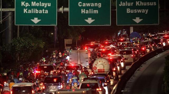 Viral Trans Jakarta Salip Rombongan Presiden, Jokowi Tuai Pujian