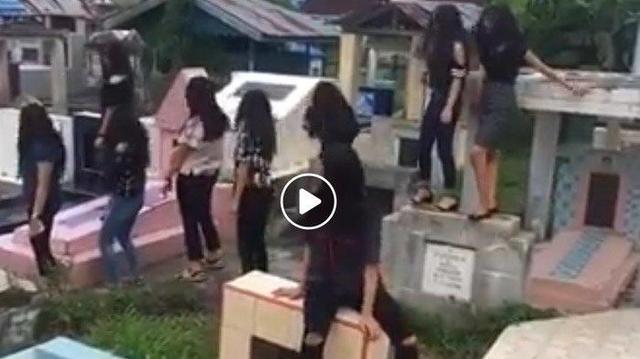 Viral Video Sekumpulan Remaja Joget di Kuburan Banjir Kecaman Warganet