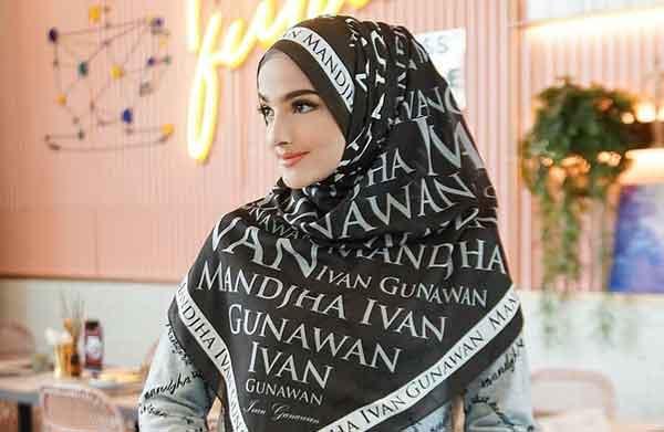 Dingin Cocok Pakai Monogram Sweater